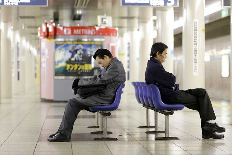 De trötta japanerna ska äntligen få lite mera vila, då regeringen nu tänker tvinga landets anställda att ta ut minst 5 dagars ledighet per år.