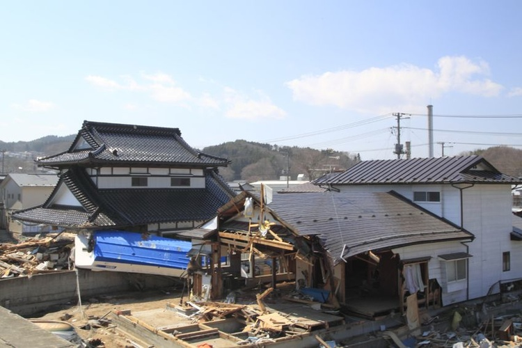 Ett ovanligt oskadat hus uppe i Tohoku för fyra år sedan.  Foto: 123rf