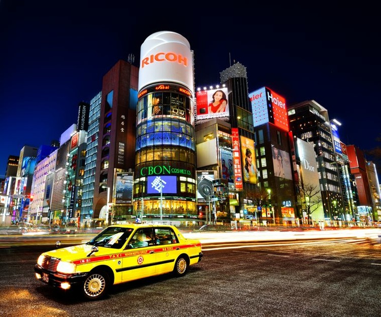 En typisk japansk taxibil på väg genom Ginza-distriktet i Tokyo.  Foto: 123rf.com