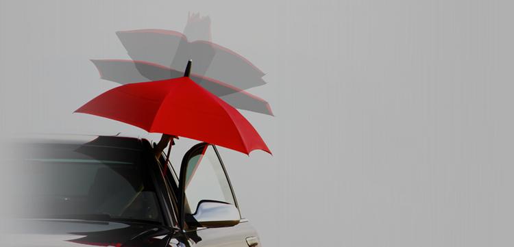 Paraplyet med en delvis upp-och-nedvänd design gör det lättare att öppna och stänga det utan att man bli våt.  Foto: GAX