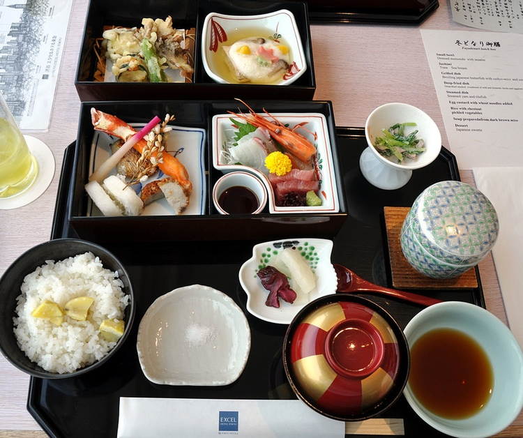 Så här kan en ganska så typisk lunch se ut på krogen i Japan.  Foto: Cyclonebill, Creative Commons 2.0