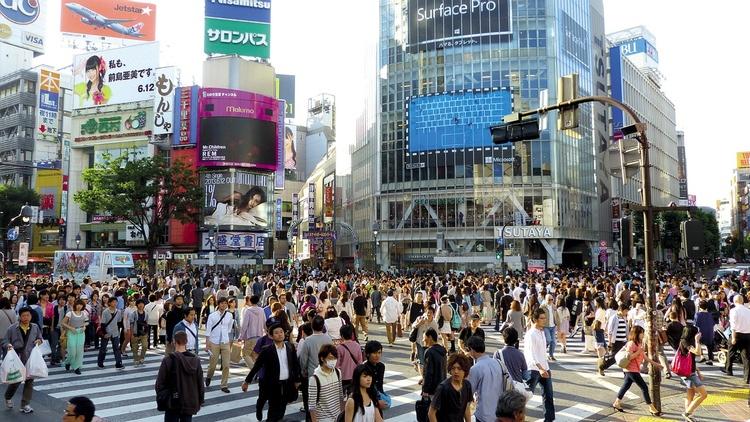 Den stora korsningen i Shibuya en ganska normal lördag. Det är trångt i Tokyo även utan alla nya turister.  Foto: Public Domain