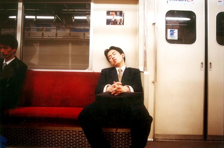 En alltför vanlig syn på tåg och t-banor i Japan. Sömntiden i hemmet räcker helt enkelt inte till.  Foto:FreeImages.com/Eran Menashri