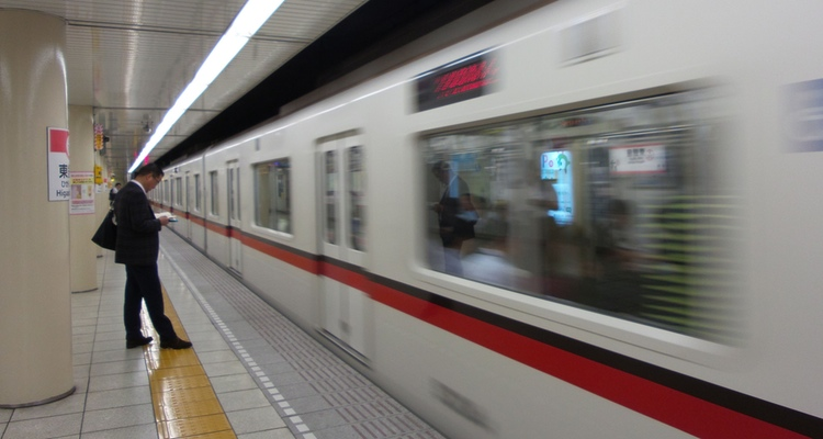 Detta t-banetåg kan drivas av tre eller flera järnvägsbolag samtidigt; Tokyo är för stort för att ett enda företag ska kunna ta sig an det hela.