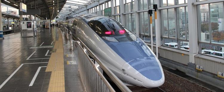 Mellandistansdestinationerna, de som ligger 40/50 mil bort, färdas man till på enklaste och snabbaste sätt med Shinkansen, Japans ikoniska snabbtåg, och ska man åka till flera destinationer så lönar sig ett Japan Rail Pass ganska snabbt.  Foto: Public Domain