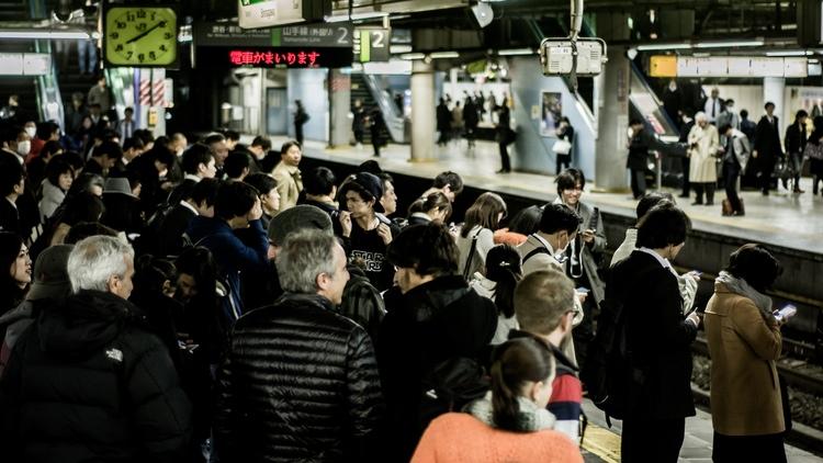 Fullt med folk på en perrong i Tokyo.. Märk att detta är klockan åtta på kvällen och att detta inte är anmärkningsvärt många människor för att vara en perrong i Japans huvudstad.  Foto: Public Domain