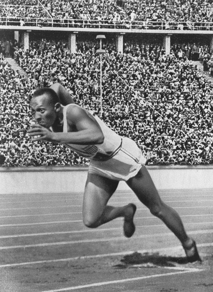 Jesse Owens tog fyra guld i OS i Berlin 1936 och klämde till Hitlers teorier om den ariska rasens överlägsenhet. Om två år är det OS i Tokyo för andra gången.