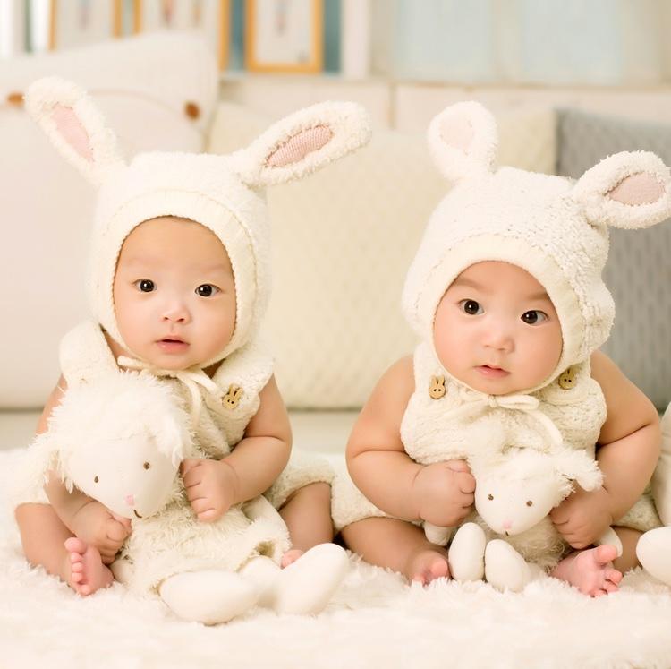 Antalet nyfödda minskar nu allt snabbare i Japan.. Det krävs radikala reformer för att göra det lättare för kvinnor att både ha barn och arbete.  Foto: Public Domain