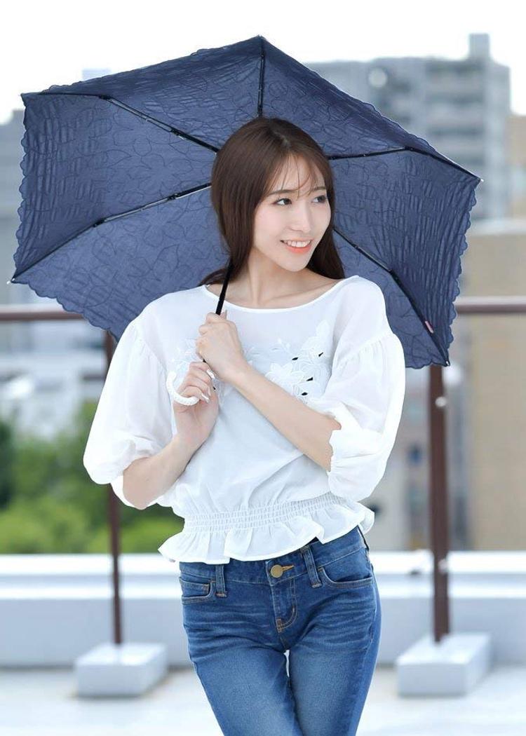 Ett hopfällbart parasoll är nödvändig rekvisita för japanska kvinnor under sommaren.