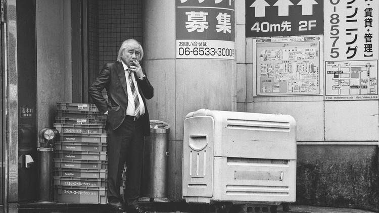Om du ser ett askfat på gatan, så brukar det betyda att det är OK att ta ett bloss där. Annars är det numera ofta generellt rökförbud på gatan i många delar av Tokyo.  Photo by Jonathan Andreo on Unsplash