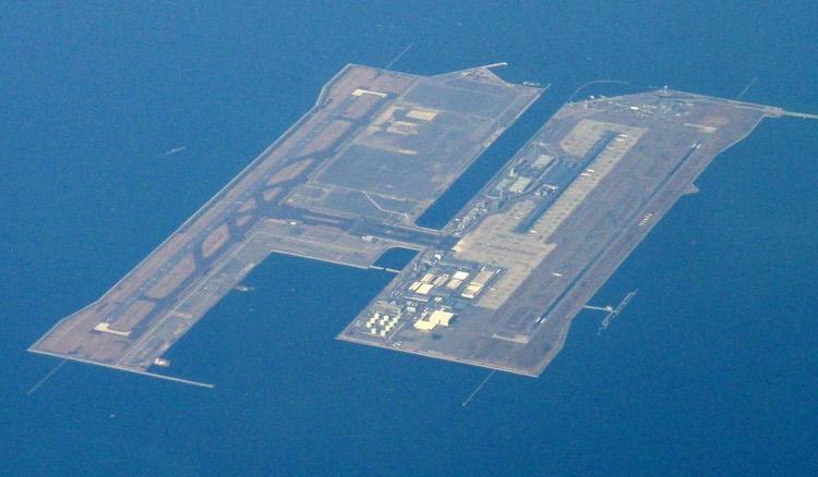Kansai International Airport (förkortad KIX på biljetten) är två konstgjorda öar utanför Osaka. Den tål som ni förstår inga jättehöga vågor..  Foto: Tdk, Creative Commons license