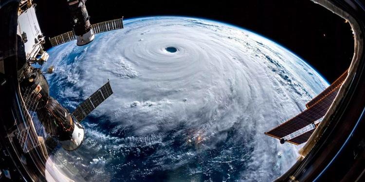 Tyfonen Trami sedd från rymden.. Mycket blåst och mycket vatten som den för med sig på väg mot Japan.  Foto: NASA