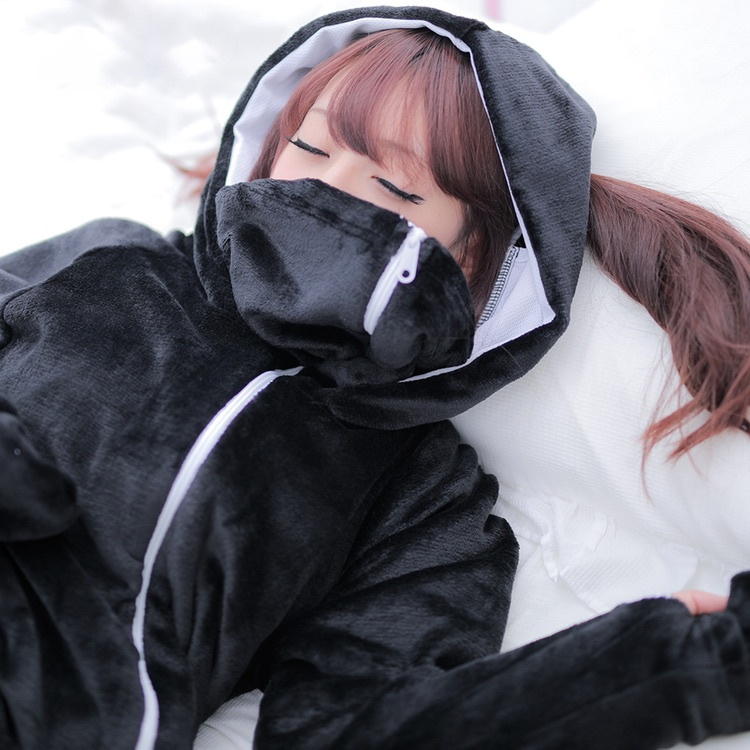 Med ansiktsmasken blir man ännu varmare och kan dessutom leka att man är en ninja.  Foto: Bibi Lab