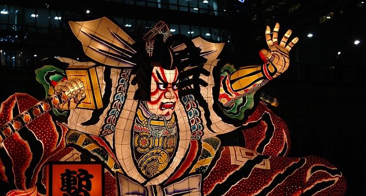 Många färggranna festivaler förläggs till nationella helgdagar. Här Nebuta-festivalen i Aomori, längst i norr på största huvudön Honshu.  Foto: Public Domain