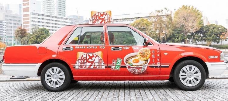 Tokyos taxibilar, som ofta är en Toyota Crown som fastnat i formen kring 1995, kommer i en begränsad omfattning att vara gratis att åka med inom stadsgränsen. Det hela finansieras av reklam från Nissin Food, Japans enorma snabbnudelgigant.  Foto: DeNA