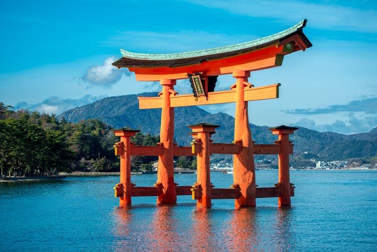 Itsukushima Jinja är ett berömt Shinto-tempel på ön Miyajima i Hiroshima-bukten - väl värt ett besök om man besöker Hiroshima. Här templets  torii  - tempelporten som verkar flyta på vattnet när det är högvatten.  Foto: Public Domain