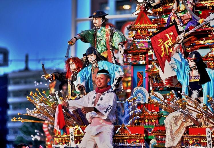 Japanska festivaler är färggranna och ofta lite bullriga tillställningar.. Alltid trevliga med mat och dryck i mängder.  Foto: Public Domain