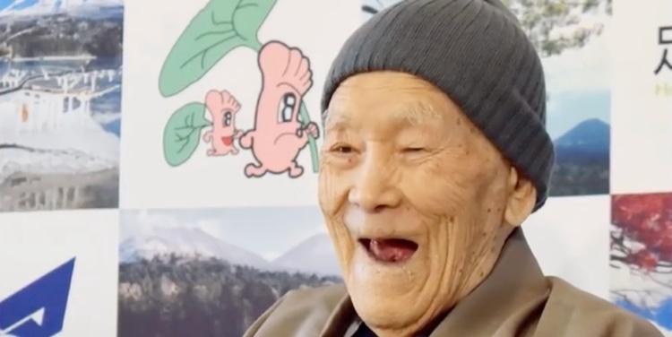 Så här glad var Masazo Nonaka när han förra året fick veta att han kommit med i Guiness Book of Records som världens äldste levande man. Han gick bort igår, 113 år gammal.  Foto: Skärmbild från TV