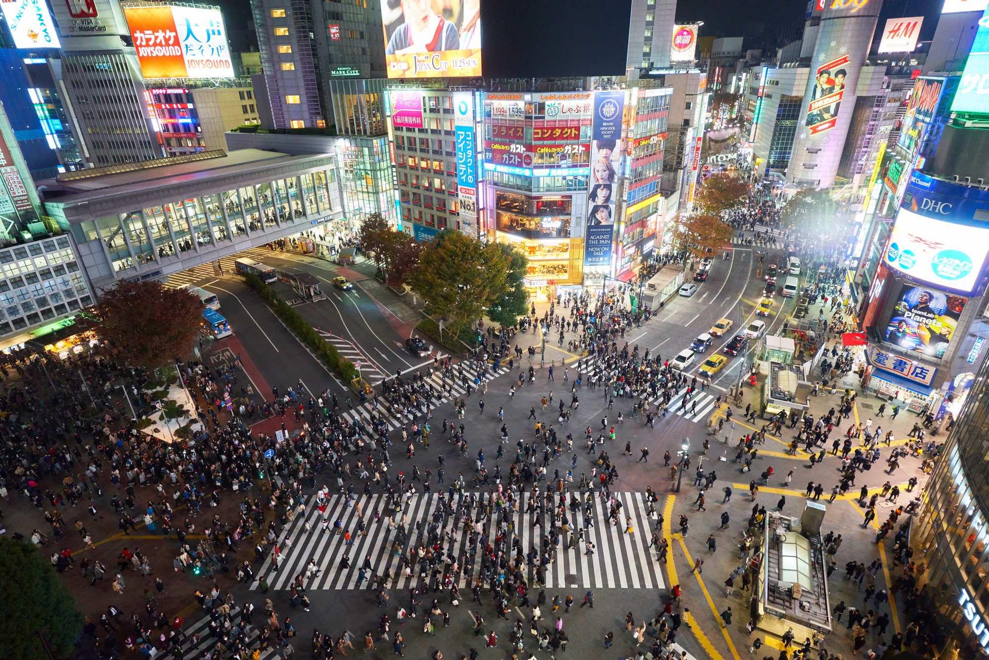 En alldeles vanlig afton ovanför Shibuya Crossing.. Och mera folk i Tokyo blir det för varje år som går.  Klicka för större bild.  Foto: Timo Volz via Unsplash (Public Domain). Klicka för större bild.