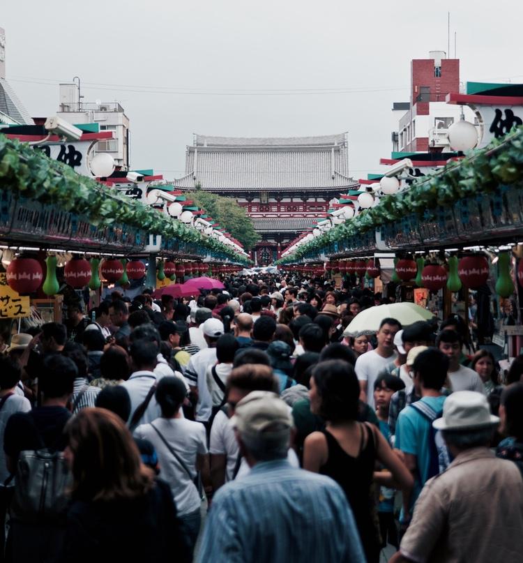 Gilla det eller hata det, men det gäller att välja tid och plats om man vill uppleva Japan utan alltför många andra människor. Här gatan som leder upp mot Sensoji, Tokyos största buddhisttempel i Asakusa.  Photo: Yuki Eyre on Unsplash. Public domain.