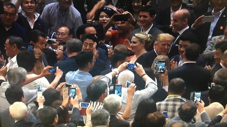Alla i publiken som har en kamera i telefonen plåtar utta helsike!