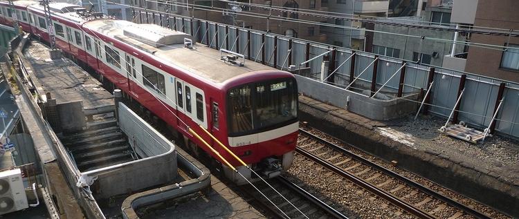 Keihin Kyuko (förkortas oftast till Keikyu) är ett av de många tågbolag som fraktar in drygt 20-talet miljoner arbetare och tjänstemän in till Tokyo varje arbetsdag.  Foto: Taitaiyaki, Creative Commons license