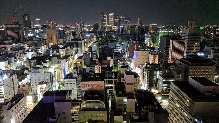 Nagoya by night.. centrala stan liknar vilken annan storstad som helst i Japan, men med sina 2,24 miljoner invånare så bleknar givetvis utbudet jämfört med mega-staden Tokyo.  Foto: Douglas, Creative Commons license.