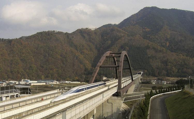 Chuo Shinkansen (här på provbana i Yamanashi) kommer att förändra många samhällen i Japan, liksom orginal-Shinkansen har gjort: vissa orter kommer att minska i attraktionskraft och andra kommer att bli mer populära.  Foto: Yosemite, Creative Commons license.