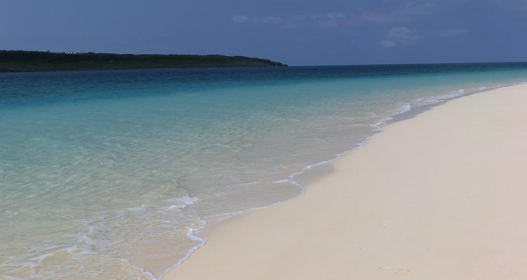 Nere på Okinawa hittar man kristallklart vatten och ingen större trängsel på stränderna utanför japanernas begränsade semestertider.  Foto: Public Domain