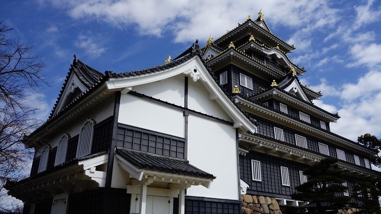 """Okayamas slott - kallat """"kråkslottet"""" pga sina svartmålade ytterväggar.  Foto: Public Domain"""