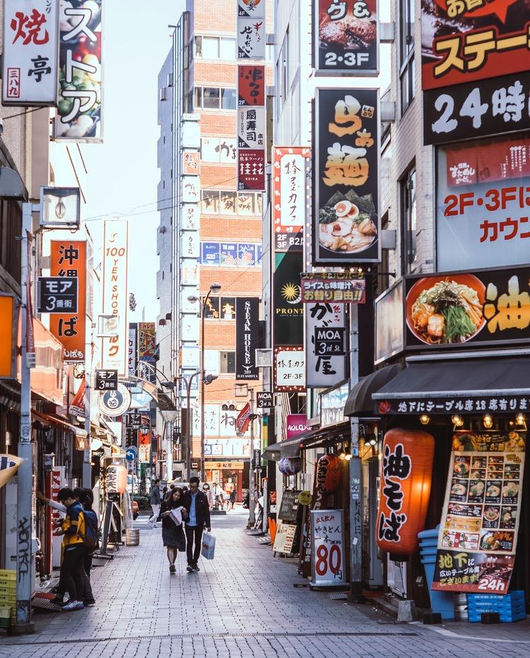 """Det mer eller myllrande Tokyo är """"världens säkraste stad"""" enligt The Economist.  Foto: Banter Snaps on Unsplash"""