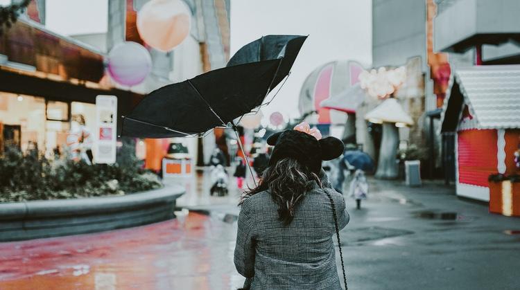 Denna morgon låg det ett antal tusental förstörda paraplyer och skräpade på Tokyos gator, en vanligt förekommande syn efter besök av tyfoner.  Foto: Abi Ismali via Unsplash