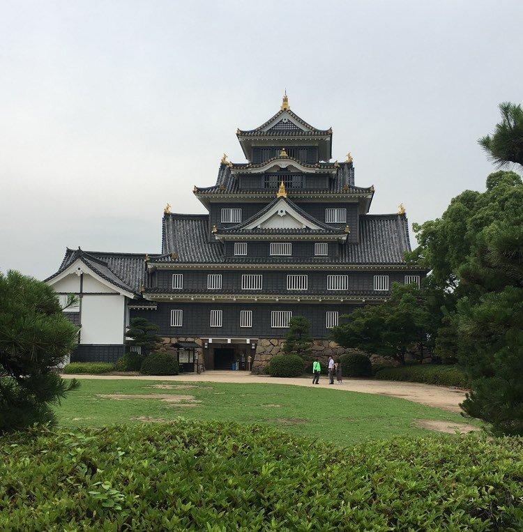 """Okayamas slott kallas i folkmun för """"kråkslottet"""", detta på grund av de svartmålade ytterväggarna."""