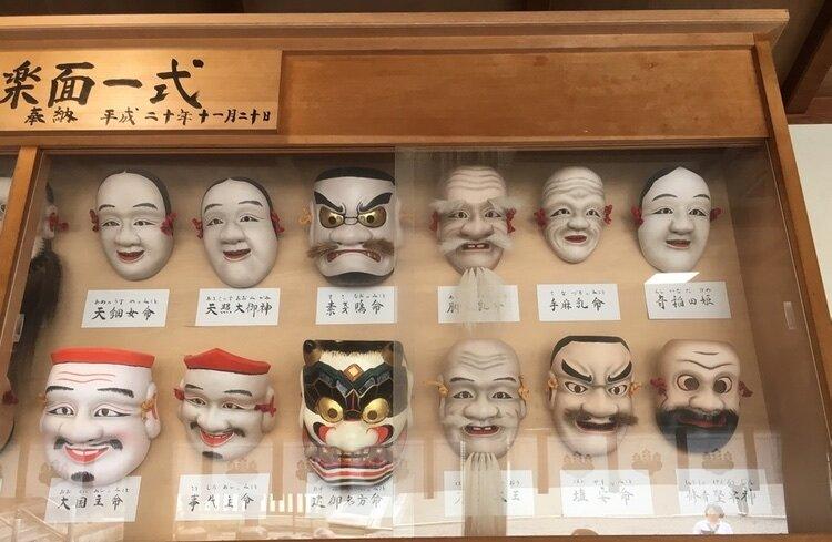Teatermasker på display i Kibitsu-templet
