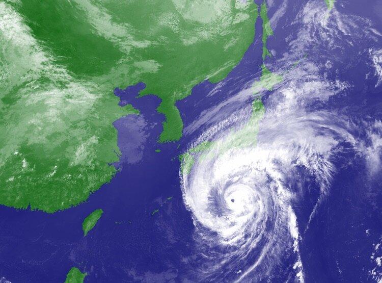 Ni ser hur tyfonen delvis skymmer de japanska öarna i denna satellitbild.  Foto: Japan Meteorological Agency