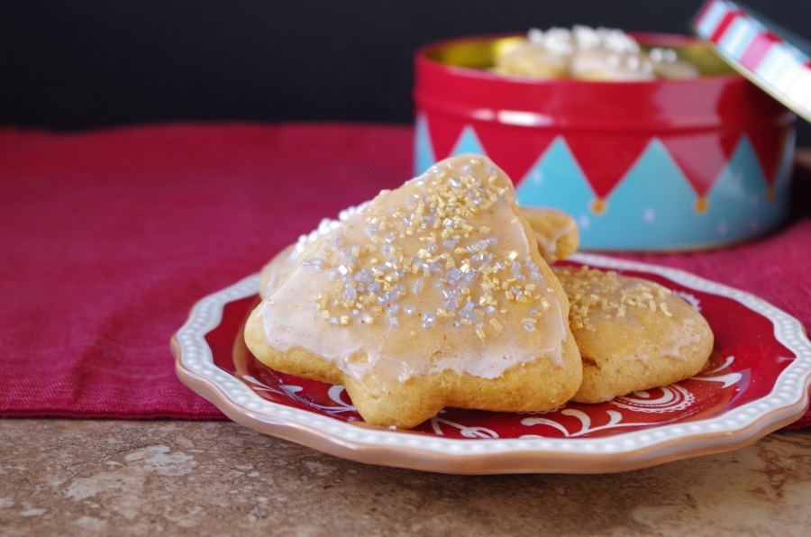 Christmas sugar cookies got a makeover with yummy eggnog flavors + healthy ingredients! #healthyholiday