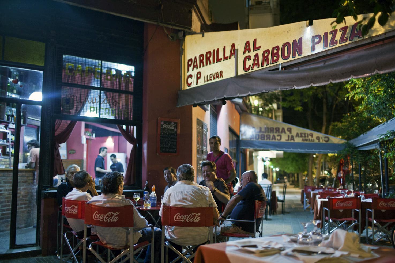 Friends enjoy drinks near Avenida Cordoba