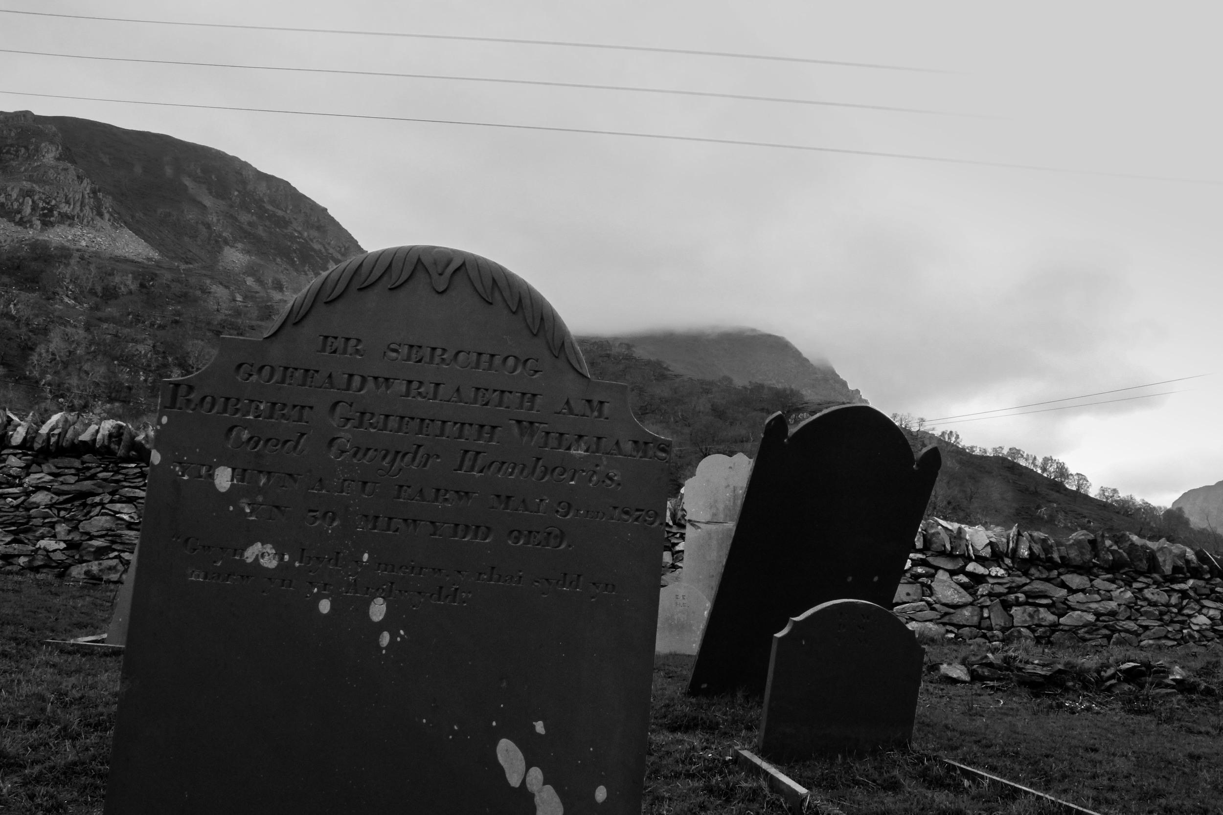 ER SERCHOG COFFADWRIAETH AM ROBERT GRIFFITH WILLIAMS Coed Gwydr Llanberis YR HWN A FU FARW MAI 9FED 1879 YN 30 MLWYDD OEDD Gwyn eu byd y meirw y rhai sydd yn marw yn yr Arglwydd    IN LOVING REMEMBRANCE     OF   ROBERT   GRIFFITH   WILLIAMS   Coed Gwydr   Llanberis   WHO DIED   MAY   9TH   1879 , AT 30 YEARS OLD    Blessed are the   dead who   die   in   the Lord