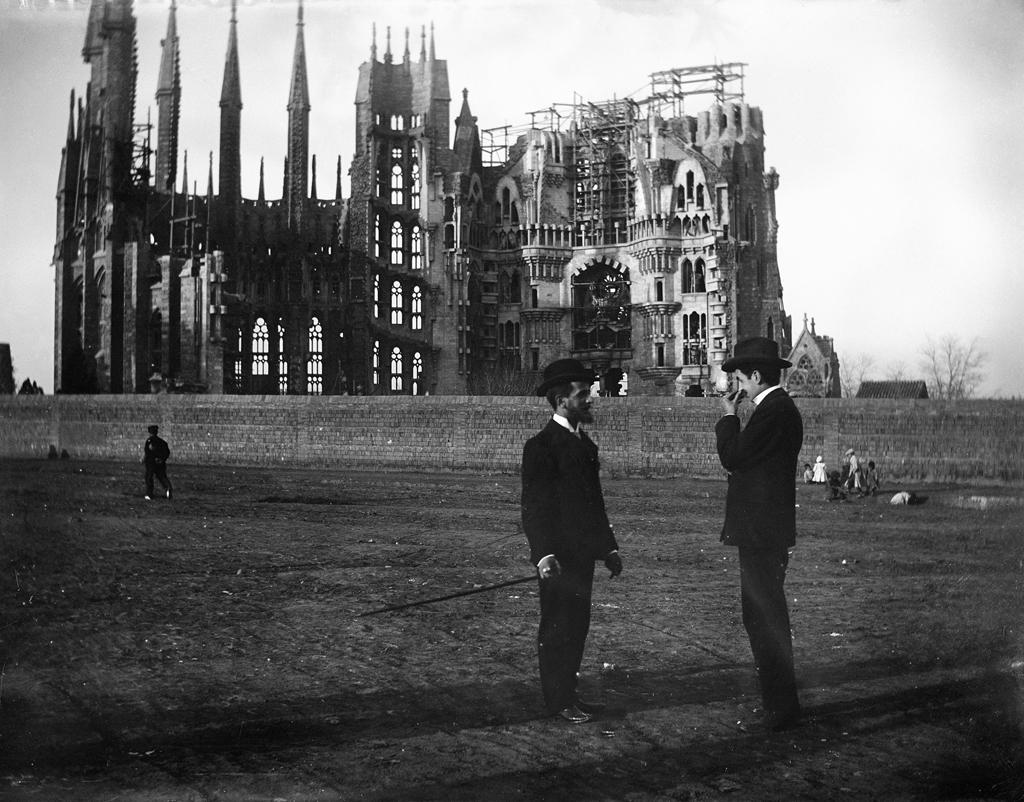 Baldomer_Gili_Roig._La_Sagrada_Família,_1905_Copia_moderna_del_negatiu_original_de_vidre.jpg