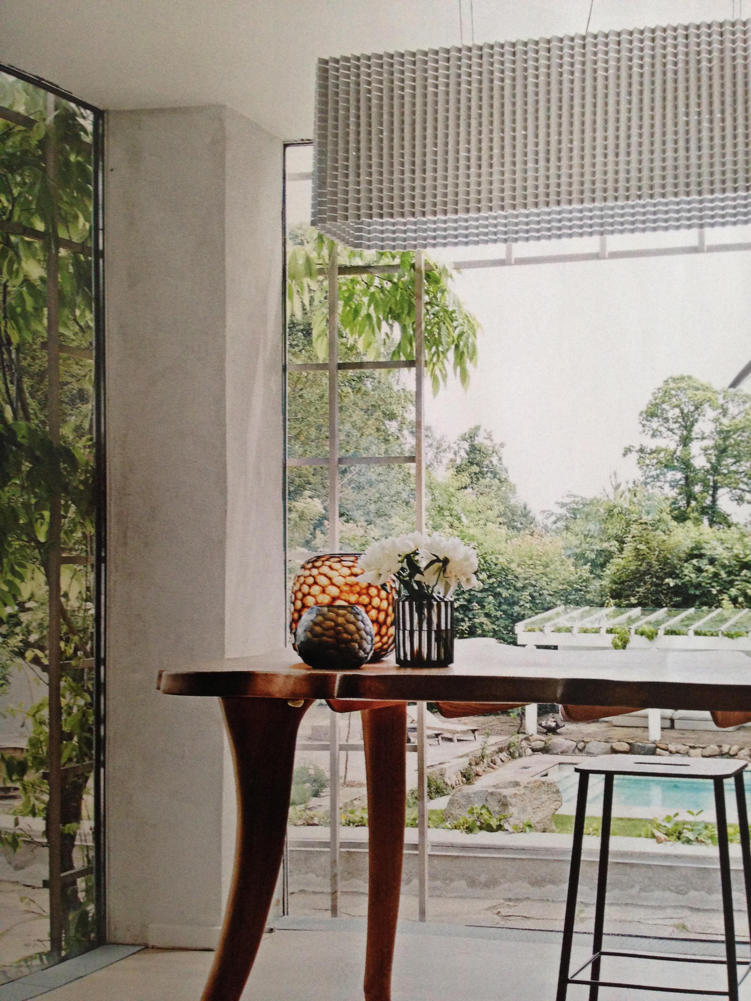 Marianne Dulongs skønne arbejdsbord med en fantastisk udsigt til haven