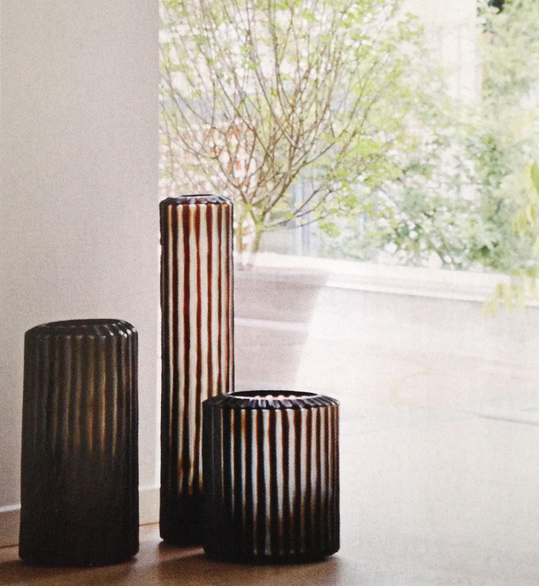 Den populære Omar-serie med sin helt særlige rillede slibningstår smukt på det rustikke trægulv.
