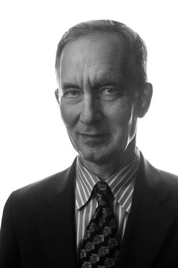 Black and white portrait of Andy Grundberg