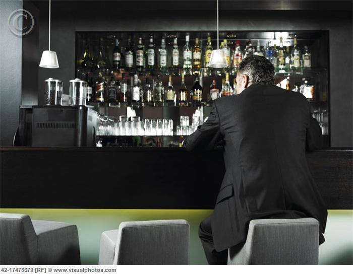 Man_Alone_at_Bar_42-17478679.jpg