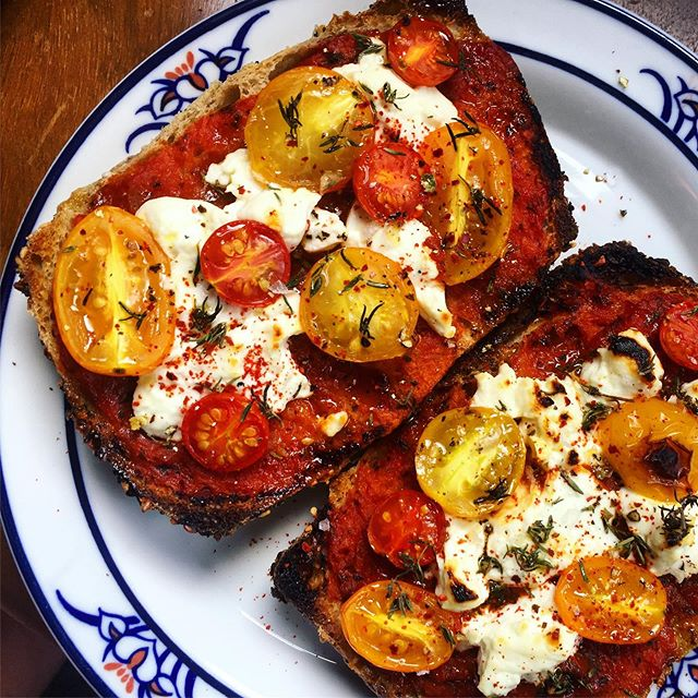 The Pizza Toast life chose me. Featuring @phillybreadco everything muffin @bloomingglenfarm and @plowsharefarms tomatoes @shellbarkhollowfarm #2 goat chèvre #thankyouforfeedingme #iloveworkingmarket #farmersmarketsnack #eclectikdomestic