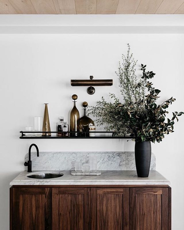 Right now, we're sitting in a cabin, surrounded by red wood trees, eating mexican food and making rosemary whiskey cocktails. 🥃 It has absolutely nothing to do with this photo.... I just love how handsome this bar set up is. XXVVH | Design by @alexander_andco • Captured by Felix Forest #thedesignhunters
