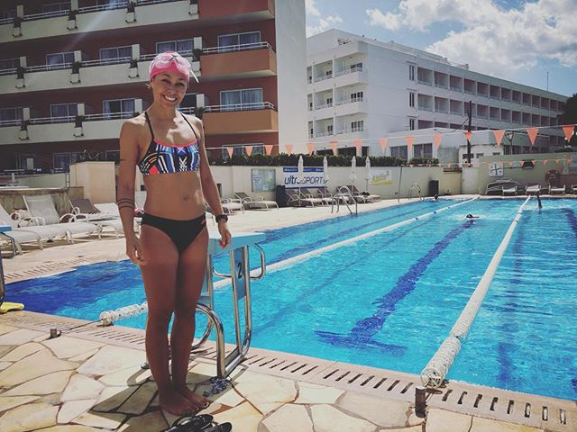 Bri Tri member Sherri Tai-Chidlow about to tackle an afternoon swim set with video analysis. - - - - #tricamp2019 #swimming #brightontriclubtrainingcamp #mallorcacamp #triathlontraining #brightontrimallorca #whatgoesontour #triathletesontour #brightontriclub - - 📸: @picsbyrichtc  @gottotri