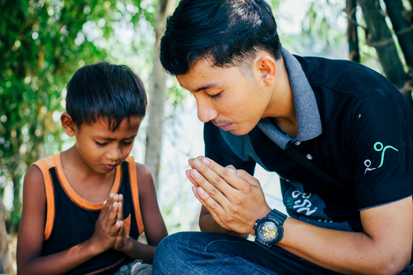 "Darath praying with his ""little brother"" Suey Kong"