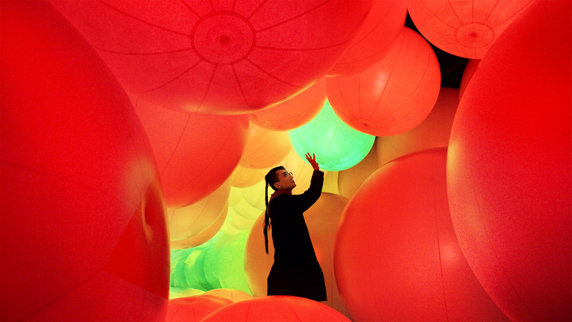 luminous-colored-spheres-by-team-lab-respond-to-human-touch-designboom-07-.jpg