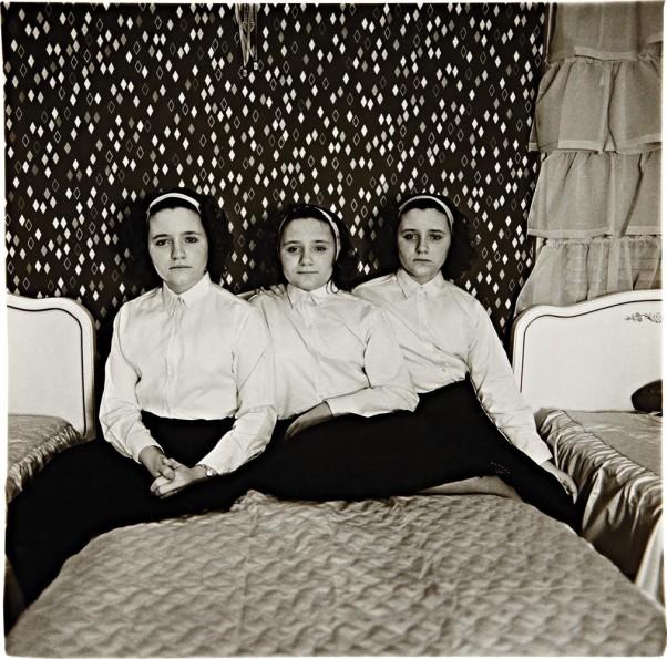 diane-arbus-triplets-in-their-bedroom-602x595.jpg