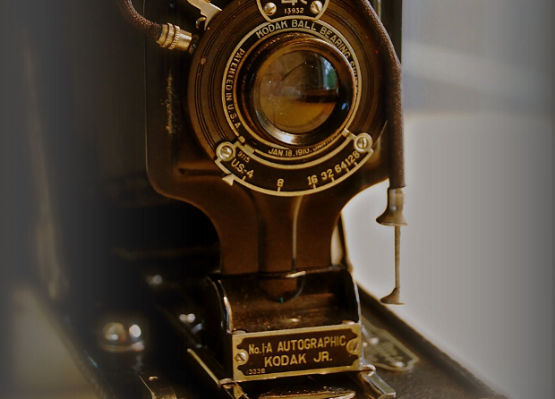 Image credit   :      Autographic Kodak JR.      by     John Levanen     and      No.1A Autographic Kodak Jr.      by      LostBob Photos